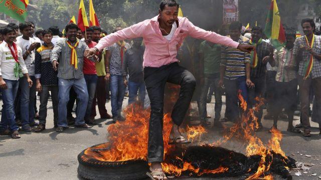 कावेरी नदी के पानी के बंटवारे पर बैंगलूरू में हाल ही में हिंसक विरोध प्रदर्शन