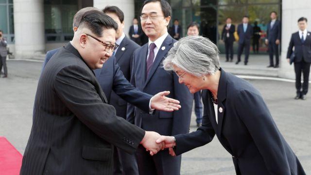 الزعيم الكوري الشمالي يصافح وزيرة الخارجية الكورية الجنوبية