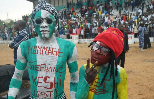 Abafana mu murwa mukuru wa Togo, Lome, bazeseye kuri Stephen Keshi, umukinnyi wari ukomeye mu mupira w'amaguru muri Nijeriya. hari mu kwa Gatandatu.