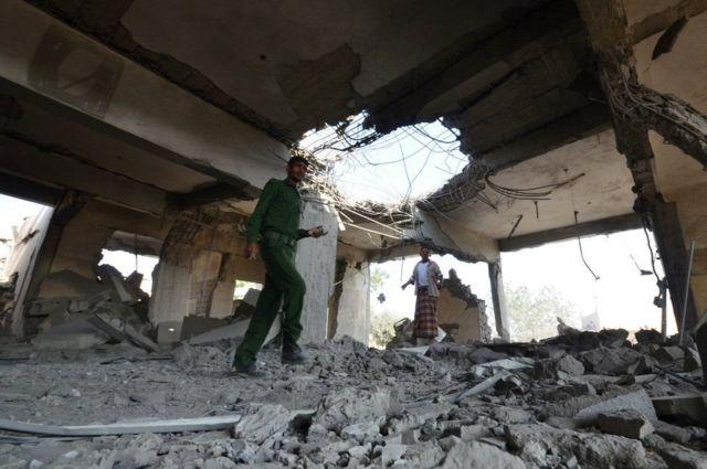 हवाई हमले में तबाह जेल परिसर