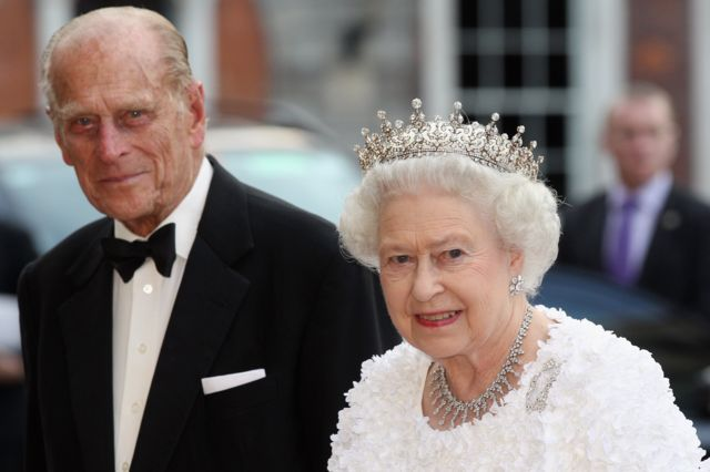 الملكة إليزابيث والأمير فيليب أثناء زيارتهما إلى دبلن في إيرلندا الجنوبية عام 2011