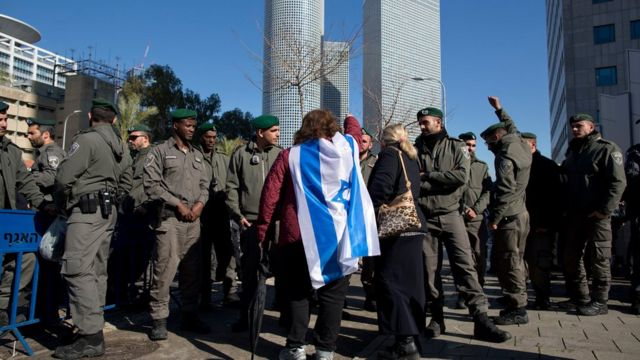 إسرائيليون يتظاهرون في تل أبيب دعما للجندي الإسرائيلي الذي حكم عليه بالسجن بعد قتله جريحا فلسطينيا