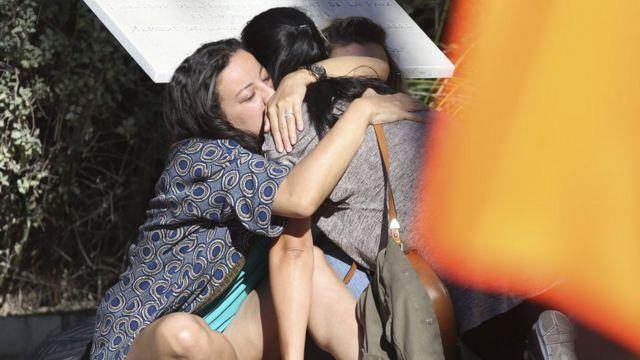 Muchos de los que se encontraban en la escena se protegieron tras los coches.