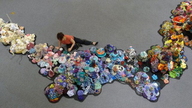 Christine Wertheim instalando un arrecife de coral
