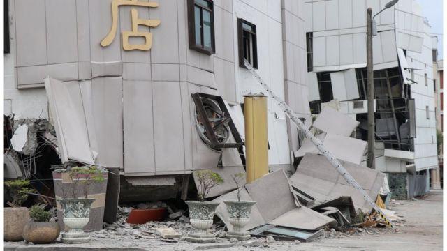 地震後統帥大飯店門口的門窗,其實是第4層的門窗。
