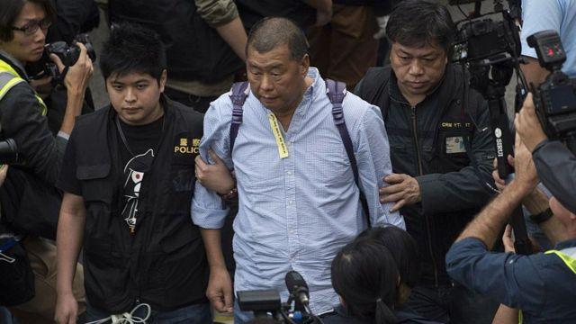 Cảnh sát Hong Kong bắt giữ ông trùm truyền thông Jimmy Lai khi ông tham gia vào cuộc biểu tình tọa kháng ở quận Admiralty vào ngày 11 tháng 12 năm 2014.