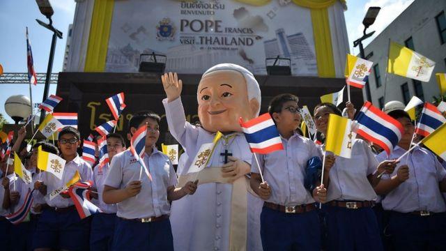 Học sinh Thái Lan chào đón Đức Giáo Hoàng Francis