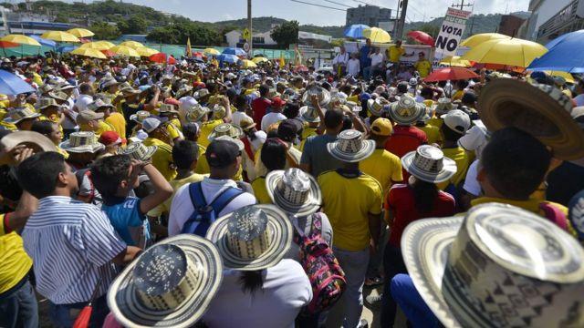"""Panorámica de un acto a favor del """"no"""" en Colombia."""