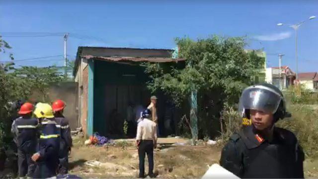 Lực lượng an ninh và giới chức đã đến bao vây ngôi nhà từ 8 giờ sáng, người dân kể lại
