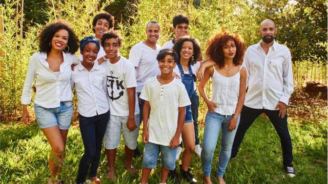O filho de Noêmia, Noan, ao lado da nova geração da família Colonna