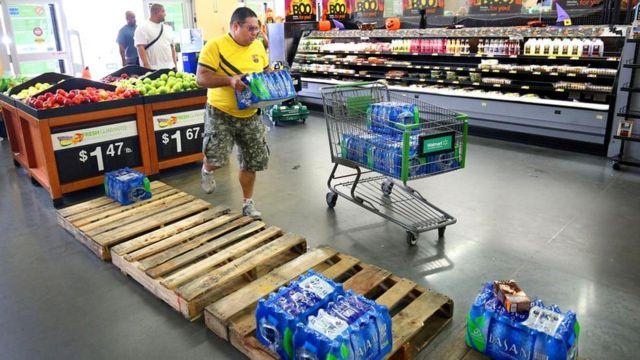 На случай длительного отключения электричества в доме рекомендуется иметь двухнедельный запас воды в бутылках