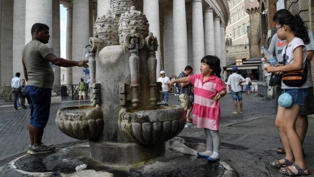 Roma'da susuzluk küçük çocuk çeşmede