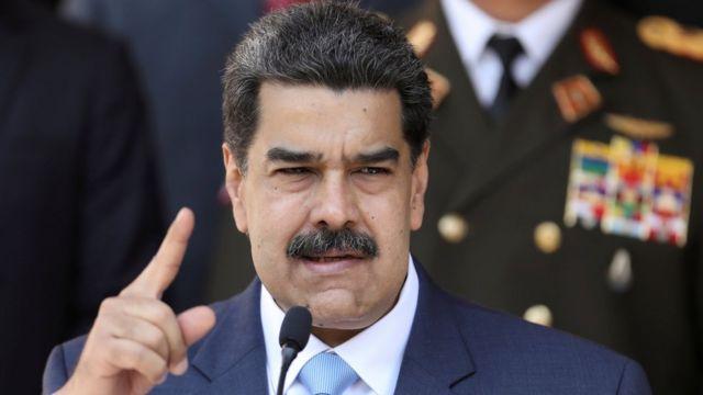 Nicolas Maduro discursa, com dedo em riste
