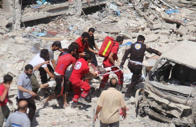 Vítima de bombardeio é resgatada em Idlib, Síria, em 17 de agosto