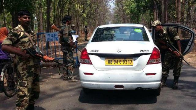 पश्चिम बंगाल में वाहनों की जांच-पड़ताल करते सुरक्षा बलों के जवान.