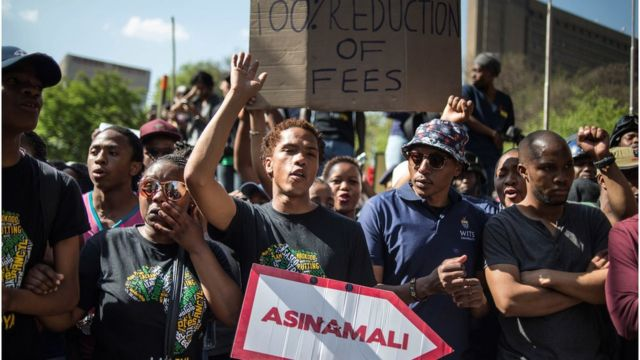 Des étudiants de l'université de Witwatersrand manifestent devant le siège de la COSATU, à Johannesburg, le 23 septembre 2016.