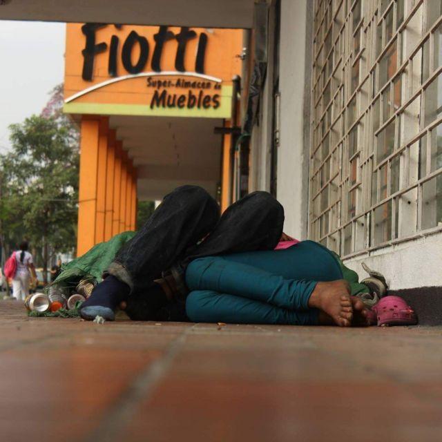 Indigente durmiendo en las calles de Cali, Colombia
