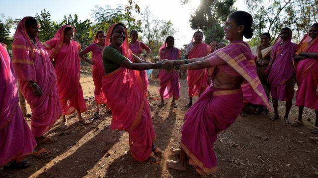 زنان در زنگ تفریح می رقصند