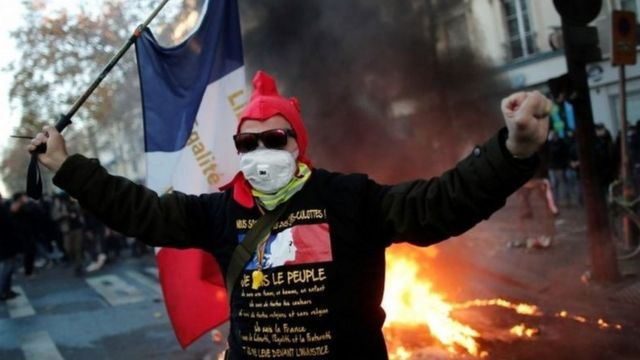 باريس تغرق في الفوضى جراء اشتباكات عنيفة بين المحتجين والشرطة