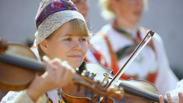 سيدة تعزف على الكمان في اسكتلندا