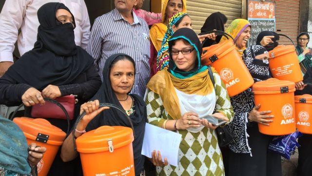 भूषण अशोकभाई भट से मिलने आईं महिलाएं
