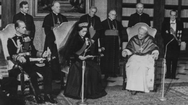 ملکه بریتانیا در دیدار با پاپ ژان پل دوم رهبر کاتولیکهای جهان