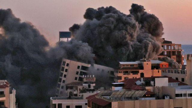 انهيار برج في غزة بعد قصفه من قبل سلاح الجو الإسرائيلي، 11 مايو/أيار 2021