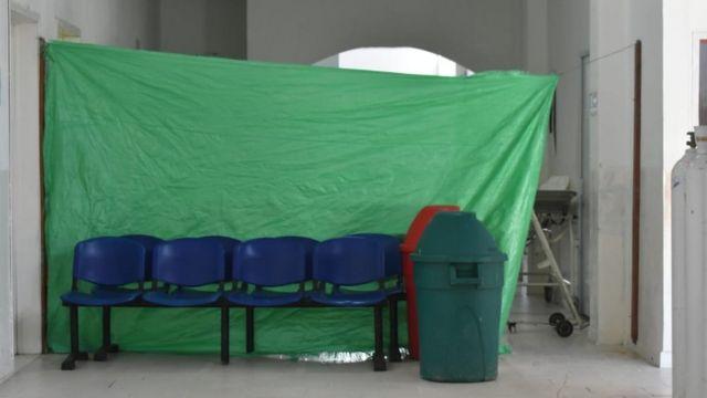 Una lona verde es lo único que separa la zona de covid-19 del resto del hospital