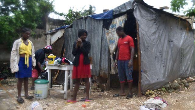 Haitianos durante las primeras lluvias del huracán Matthew