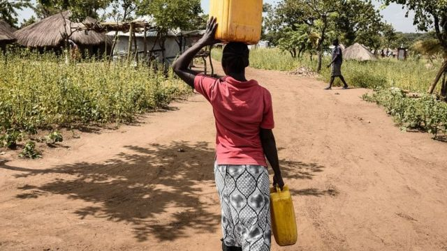 South Sudan refugee for Uganda dey carry water