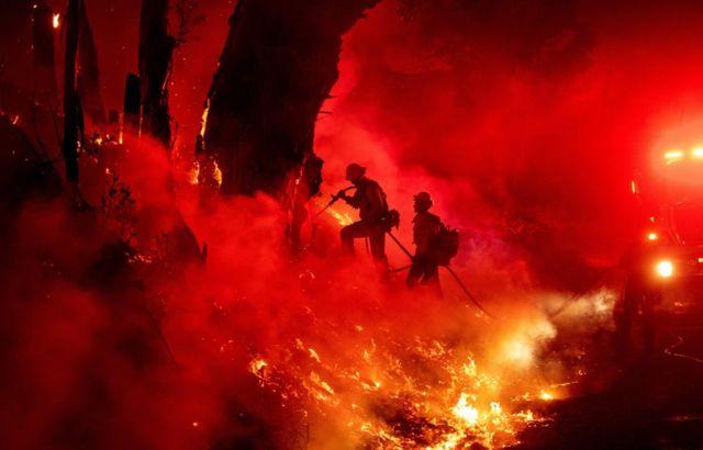Пожарные работают в Калифорнии