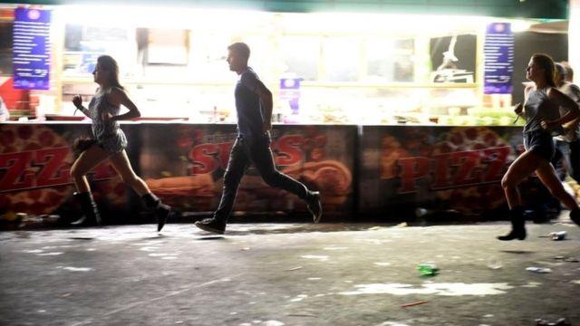乱射現場となったカントリー音楽祭「ハーベスト91」の会場から走って逃げる人たち