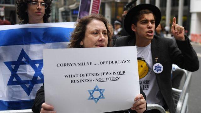 معارضون لزعيم حزب العمال يتظاهرون أمام مقر الحزب في لندن