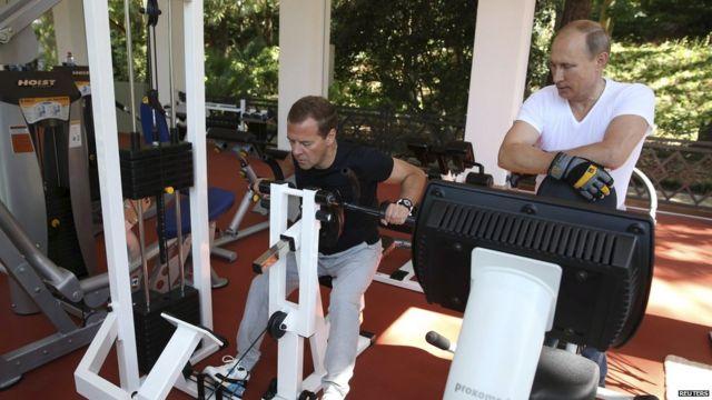 Руски председник Владимир Путин и премијер Димитри Медведев вежбају у теретани на државном имању Бочаров Ручеи у Сочију 30. августа 2015.