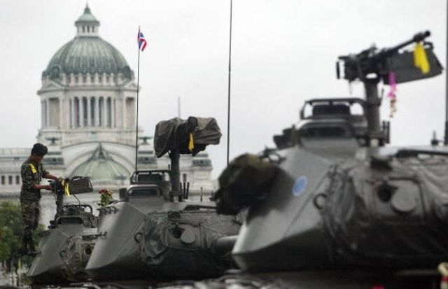 ทหารกำลังทำความสะอาดปืนใหญ่ ที่ประจำการหน้าพระที่นั่งอนันตสมาคม 23 ก.ย. 2549