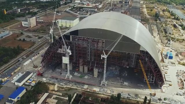 Arch to protect damaged reactor at Chernobyl