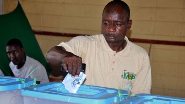 Un électeur accomplissant son droit de vote aux élections législatives, samedi 1er septembre 2018, à Nouakchott