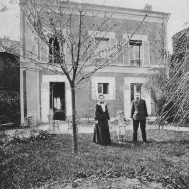 Pierre y Marie Curie com sua filha Irene