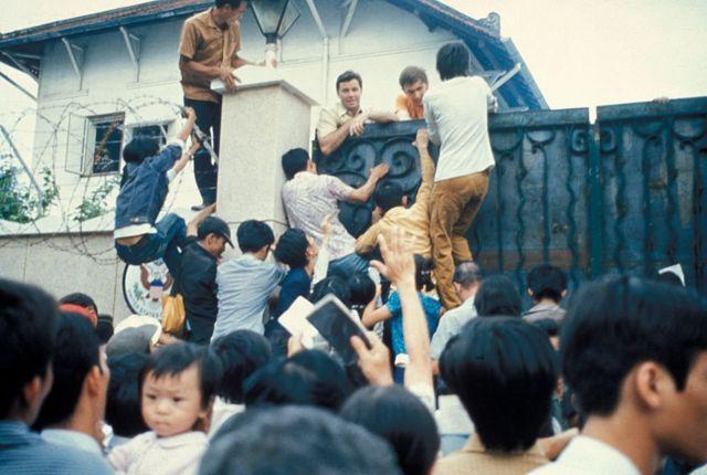 Những người dân miền Nam tuyệt vọng cố gắng trèo vào tòa Đại sứ quán Mỹ để chạy trốn khỏi Sài Gòn. Ngày hôm sau, ngày 30 tháng 4 năm 1975, Sài Gòn rơi vào tay cộng sản và Chiến tranh Việt Nam chính thức kết thúc