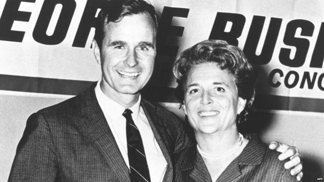 Џорџ Буш старији позира са супругом током кампање за Конгрес током 1960-тих.