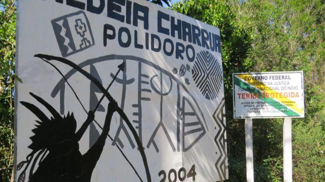 Placa na entrada da aldeia charrua Polidoro, em Porto Alegre