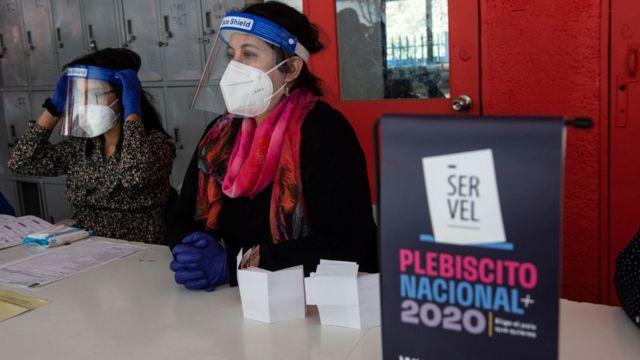 Trabajadora del Servicio Electoral chileno, durante un ensayo para el referendo.