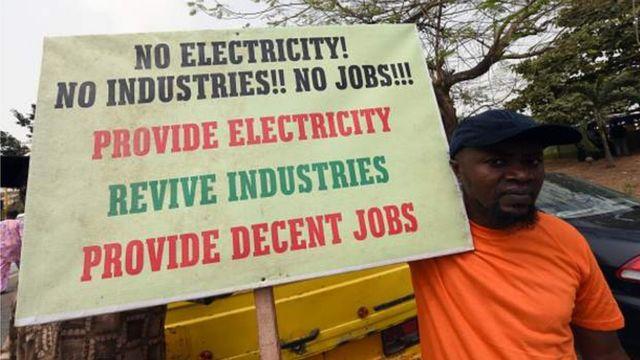 Sur cette pancarte, un appel à la création de davantage d'emplois par le gouvernement fédéral nigérian.