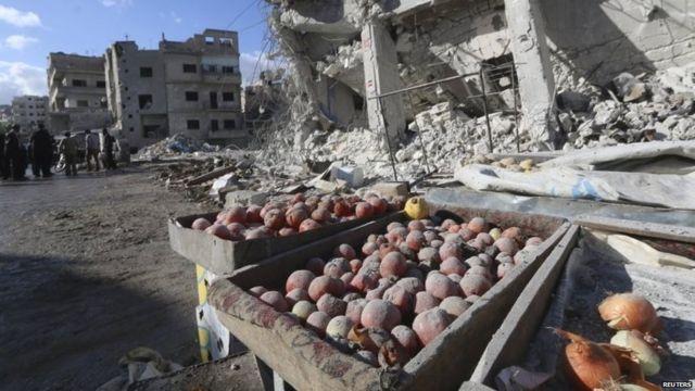 11月29日の空爆で破壊されたシリア北西部イドリブ県アリハの市場