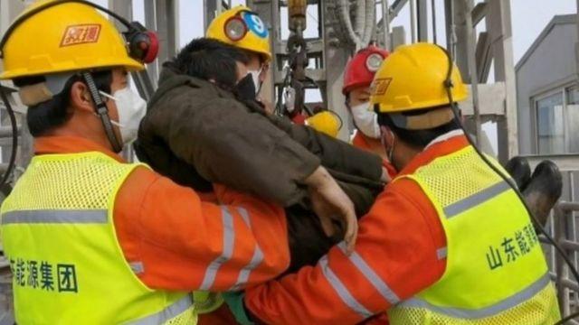 الصين: إنقاذ 11 عاملا ظلوا عالقين في منجم للذهب لمدة أسبوعين