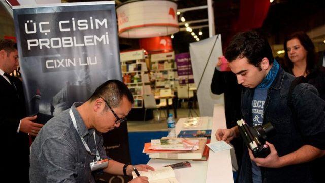 """أصبح تسيشين ليو أول آسيوي يفوز بجائزة هوغو لأفضل رواية عام 2015 عن روايته بعنوان """"معضلة الأجسام الثلاثة"""""""