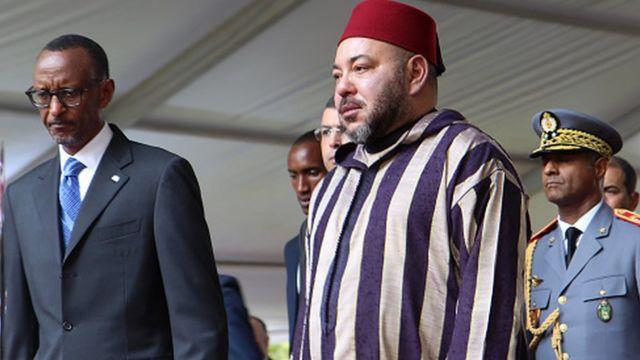 Le roi du Maroc, Mohammed VI (C) accueilli par le président du Rwanda Paul Kagame (G) le 19 octobre 2016 à Kigali