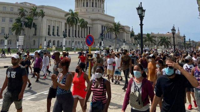 Havana'da yürüyen hükümet karşıtı eylemciler.
