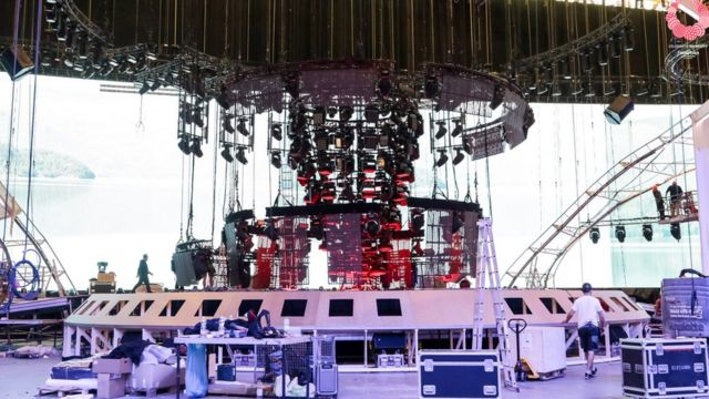 На сцене собираются подвесить под потолок около 200 тонн оборудования