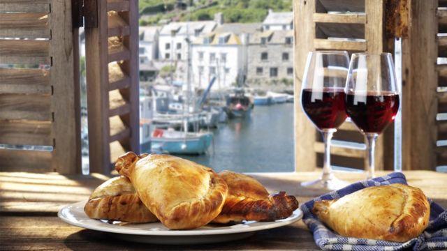 Корнуолльские пироги и бокалы с вином